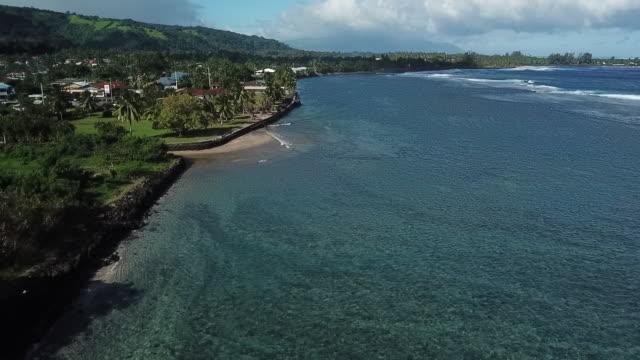 vídeos y material grabado en eventos de stock de aerial drone view of  the lagoon with a blue and green sea in front of the city of papara - territorios franceses de ultramar