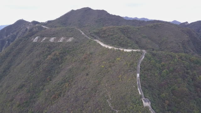 aerial drone view of the mutianyu section of the great wall of china - mutianyu stock-videos und b-roll-filmmaterial