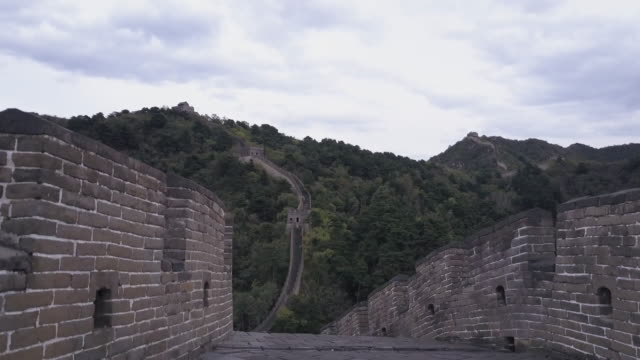 vídeos y material grabado en eventos de stock de aerial drone view of the mutianyu section of the great wall of china - gran muralla china