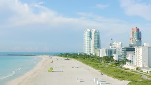 aerial drone view of the sea at sunrise in south beach, miami, florida. - アールデコ地区点の映像素材/bロール