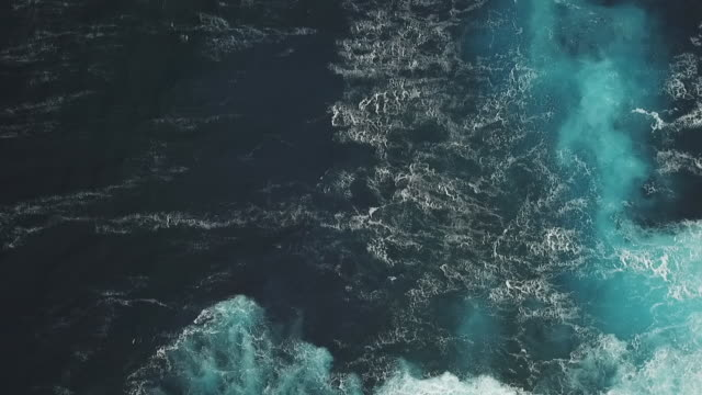 vidéos et rushes de aerial drone view of the sea with waves and foam - dom tom