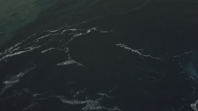 vídeos de stock, filmes e b-roll de aerial drone view of the sea with waves and foam - territórios ultramarinos franceses