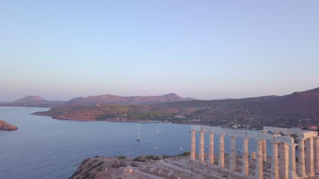 vídeos y material grabado en eventos de stock de aerial drone view of the temple of poseidon ancient ruins in greece. - templo