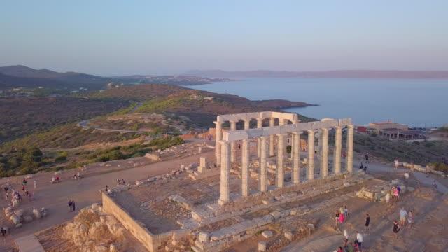 vídeos y material grabado en eventos de stock de aerial drone view of the temple of poseidon ancient ruins in greece. - grecia europa del sur