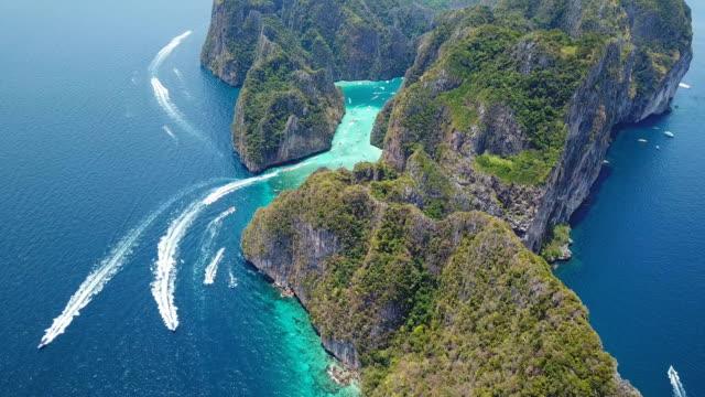 熱帶瑪雅灣和石灰岩懸崖的空中無人機視圖,皮皮島,泰國 - 披披群島 個影片檔及 b 捲影像