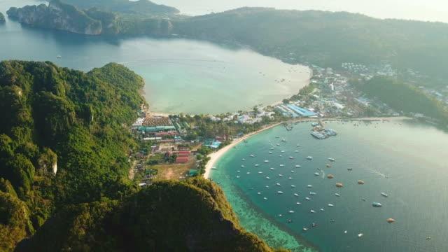 vídeos de stock e filmes b-roll de aerial drone view of tropical maya bay and limestone cliffs, phi phi islands, thailand - mar de andamão