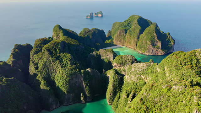 vídeos de stock e filmes b-roll de aerial drone view of tropical maya bay and limestone cliffs, phi phi islands, thailand - ilhas phi phi