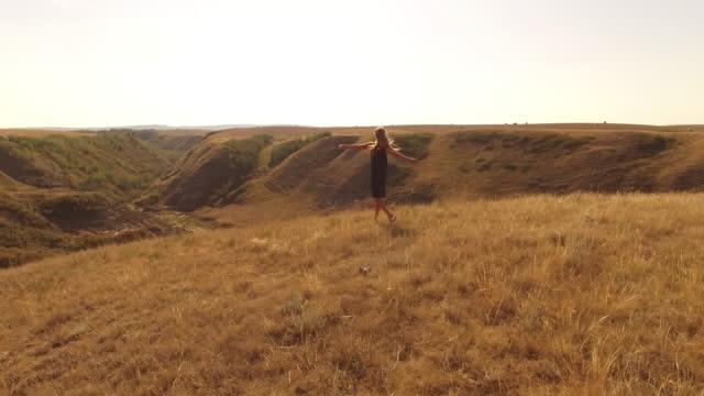 Luftbild-Drohne Blick auf Frau zu Fuß durch Feld