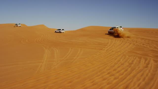 aerial drone view off road desert safari dubai - querfeldeinrennen stock-videos und b-roll-filmmaterial