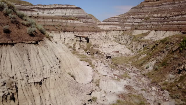 vídeos de stock e filmes b-roll de aerial drone view over canadian badlands - terreno erodido