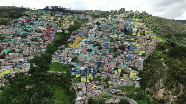 コロンビアの都市景観を見渡す空中ドローン - colombia点の映像素材/bロール