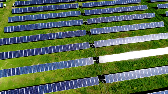 vídeos de stock e filmes b-roll de aerial drone view solar panels sun reflecting off panels austin , tx - environmental conservation
