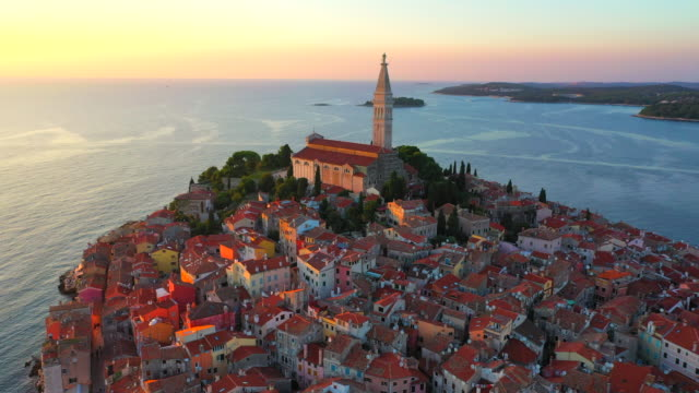 stockvideo's en b-roll-footage met luchtfoto drone uitzicht zonsondergang scène van historische centrum van rovinj oude stad, istrië regio, kroatië, europa - kroatië