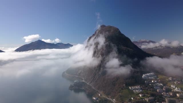 從瑞士盧加諾的雲層鳥瞰空中無人機 - 10秒或更長 個影片檔及 b 捲影像