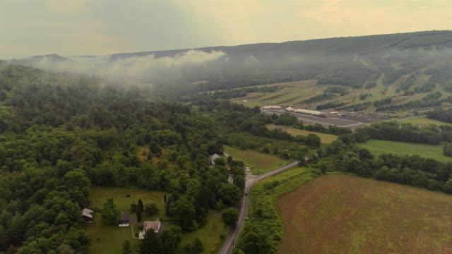 aerial drönarvy till blue mountains omfattas av låga moln, poconos, pennsylvania, på tidigt på morgonen. - poconobergen bildbanksvideor och videomaterial från bakom kulisserna