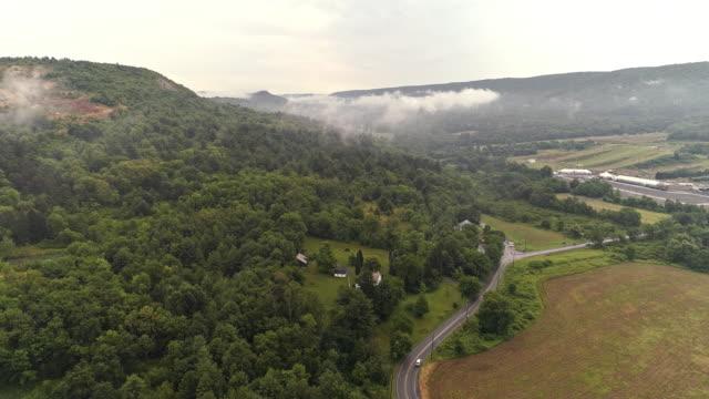 Luftbild-Drohne Ansicht zu den Blue Mountains fallenden niedrige Wolken, Poconos, Pennsylvania, am frühen Morgen.