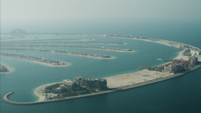 stockvideo's en b-roll-footage met aerial dubai palm jumeirah fronds land reclamation uae - perzische golf