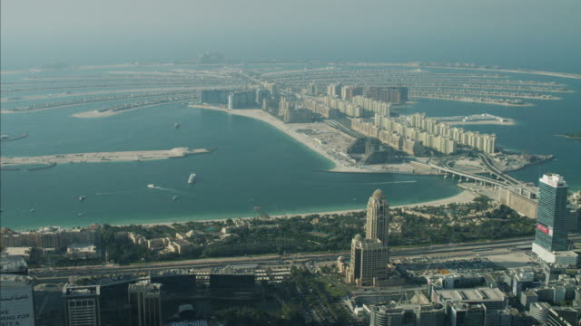 stockvideo's en b-roll-footage met aerial dubai palm jumeirah island atlantis luxury homes - perzische golf