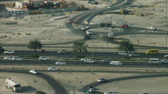 aerial dubai road commuter traffic highway desert uae - naher und mittlerer osten stock-videos und b-roll-filmmaterial