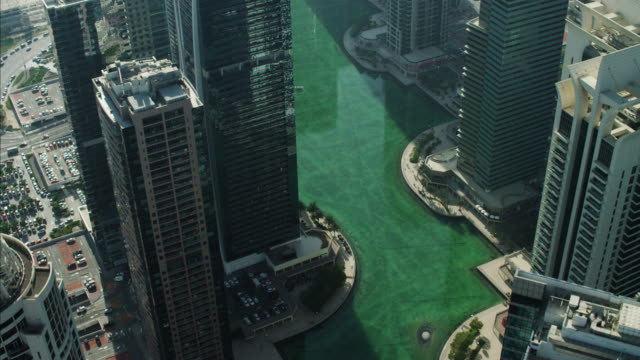 vidéos et rushes de aerial dubai skyscrapers sheikh zayed road persian gulf - dubai