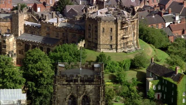 aerial durham castle / zoom out durham cathedral / durham, england - durham england stock-videos und b-roll-filmmaterial