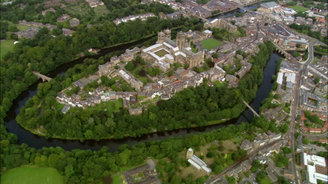 aerial durham cathedral on palace green in bend of river wear / durham, england - イングランド ダラム点の映像素材/bロール