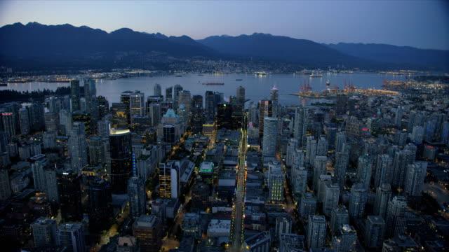aerial dusk view downtown vancouver british columbia canada - カナダ バンクーバー点の映像素材/bロール