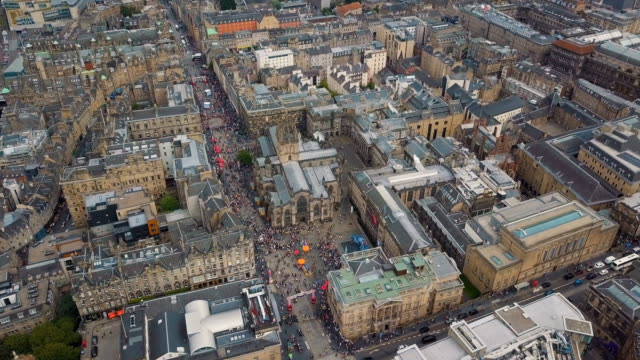 aerial /edinburgh festival fringe, perfomance and visitors on the royal mile - royal mile stock videos and b-roll footage