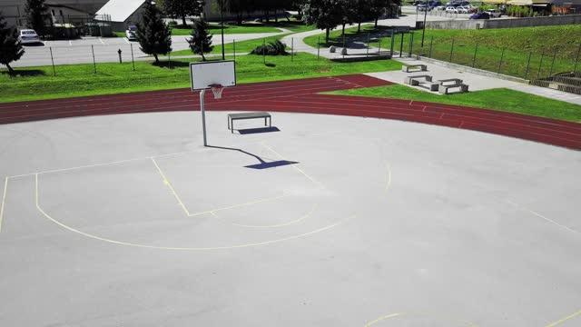 空中 - 空のバスケットボールコート - 球技場点の映像素材/bロール