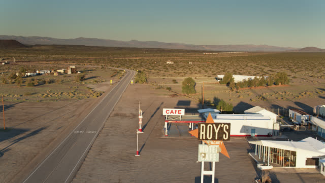 vidéos et rushes de aerial establishing shot of amboy, ca - route 66