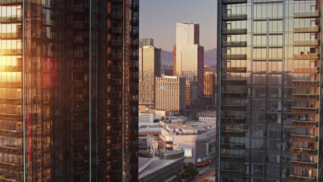 vídeos de stock e filmes b-roll de aerial establishing shot of circa apartments, with staples center and la convention center in background - microsoft theater los angeles