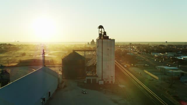 aerial establishing shot of muleshoe, texas at sunrise - prairie stock videos & royalty-free footage
