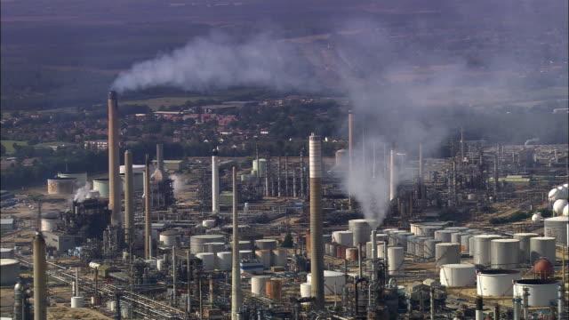 aerial fawley refinery/ southampton, england - イングランド サウサンプトン点の映像素材/bロール