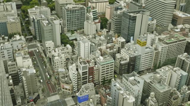 aerial film tilting video of tokyo cityscape, japan - quartiere finanziario video stock e b–roll