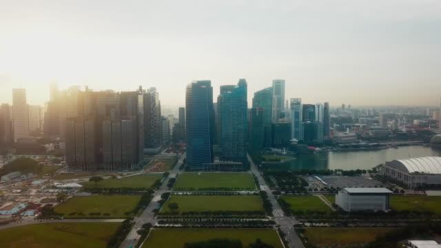 Luchtfoto financiële gebouwen bij zonsondergang