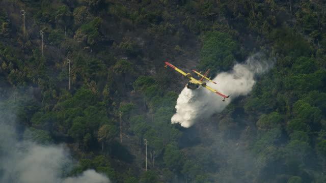 vídeos de stock e filmes b-roll de bombeiro aérea - bombeiros