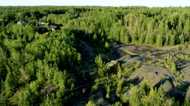 vidéos et rushes de aerial first early oil mining site fort mcmurray - a l'abandon