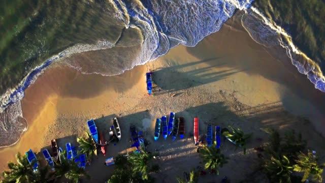vidéos et rushes de 4 k de pêcheurs aériennes sortant de leur bateau de mer des caraïbes - littoral