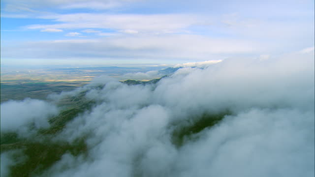 vídeos de stock, filmes e b-roll de aerial flight along clouds over the bridger mountain range outside of bozeman, mt - bozeman