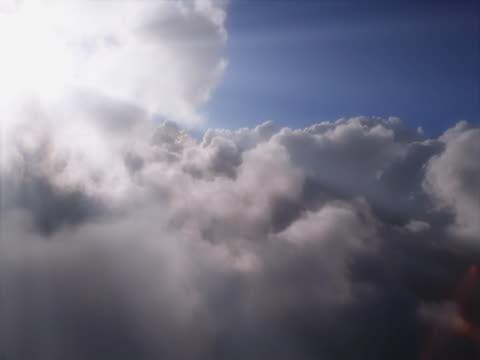 aerial flight over clouds and sunbeams - whatif点の映像素材/bロール