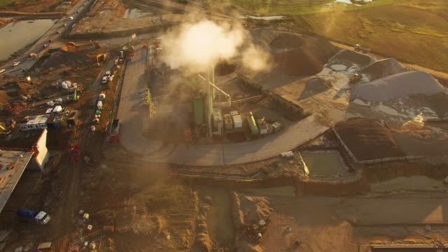 aerial flug über baustelle - bulldozer stock-videos und b-roll-filmmaterial