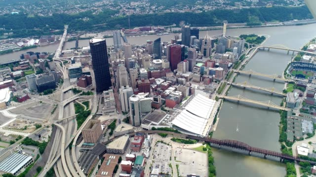 aerial flight over downtown pittsburgh during summertime - pittsburgh video stock e b–roll