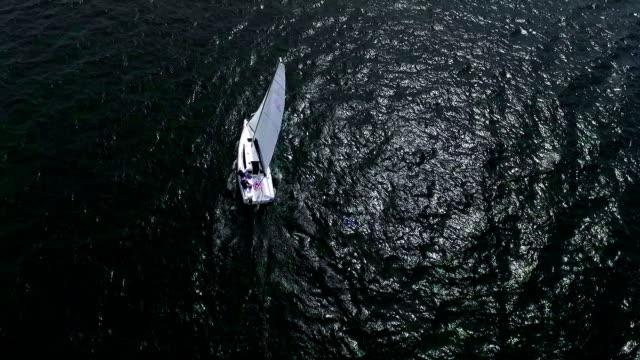 透明な青い水の航行ボート上航空: 飛行 - 帆点の映像素材/bロール