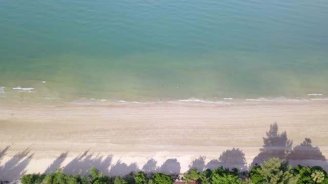 4 k 白い砂浜に空中飛行と美しい青い海美しい海タイのチャオラオスビーチで。 - 里山点の映像素材/bロール