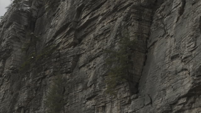 vidéos et rushes de aerial flight slowly across cliff band - comté d'ulster