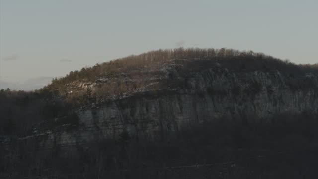vidéos et rushes de aerial flight slowly towards mountain - comté d'ulster