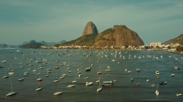 vídeos de stock, filmes e b-roll de voo aéreo para pão de açúcar no rio de janeiro, brasil - bonde