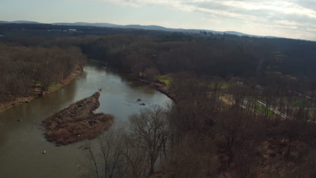 aerial floating over wallkill river in new york on winter day - contea di ulster stato di new york video stock e b–roll
