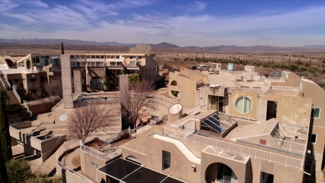 vidéos et rushes de ws aerial fly-by of  futuristic utopian arcosanti buildings forming soleri three-level office, housing and studio complex - centre culturel