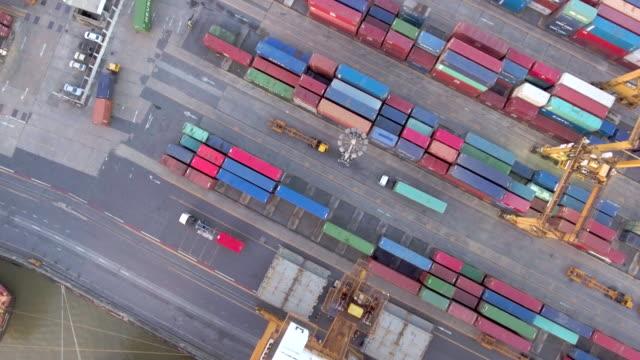 航空写真: 貨物コンテナーの多くの上を飛んでください。 - 容器点の映像素材/bロール